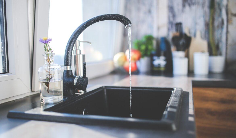 Kuchyňské dřezy vybírejte nejen podle materiálu a vzhledu, ale také podle typu montáže!